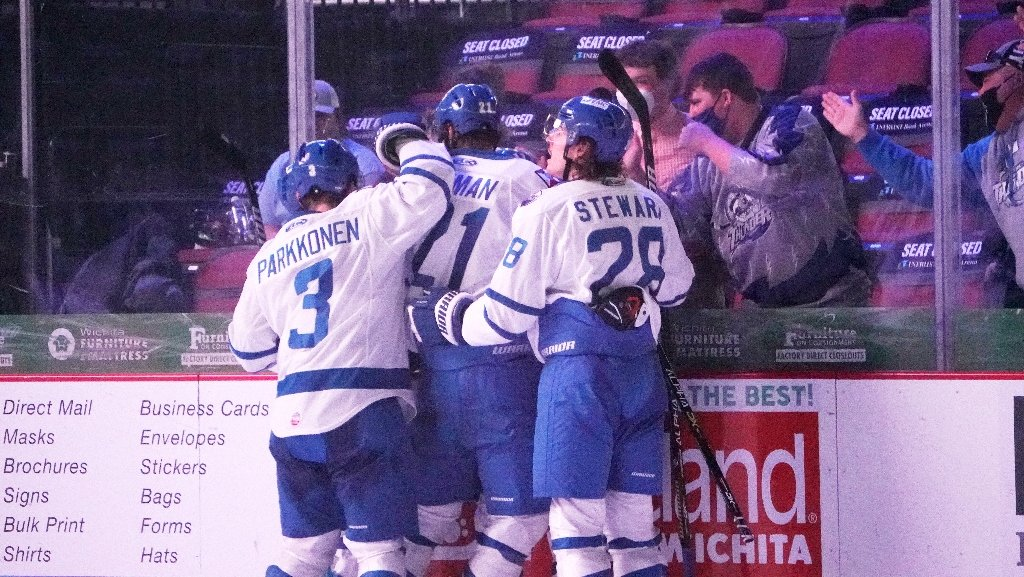 Weninger Corals Mavericks, Thunder Win, 2-1